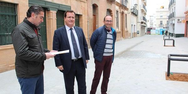 El Ayuntamiento finaliza las obras de renovación de redes y reurbanización de la calle Matahacas que cuenta a partir de ahora con plataforma única y con nuevo arbolado  del que carecía