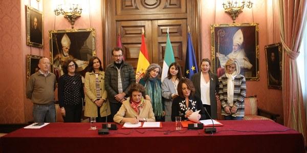 El Ayuntamiento firma un convenio con la Federación Artesanal para garantizar la continuidad de la feria Hecho en Sevilla y el Mercado Navideño para promocionar los talleres e impulsar sus ventas