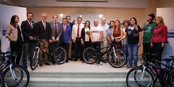 (21/09/2017) El Ayuntamiento impulsa un proyecto piloto de bicicletas compartida en el IES Salvador Távora, en Tres Barrios-Amate, para fomentar la movilidad sostenible y combatir el absentismo escolar