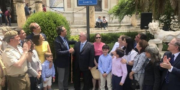 El Ayuntamiento inaugura la nueva glorieta Luis Navarro García con la que se reconoce la labor de este catedrático e investigador de la Historia de América