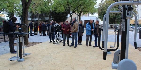 El Ayuntamiento inaugura la Plaza de Juan XXIII, en Cerro-Amate, tras realizar una inversión de 200.000 euros en una reurbanización que incluye nuevas áreas de juegos infantiles y para mayores