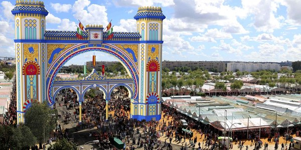 El Ayuntamiento inicia la construcción de la portada de la Feria de Abril 2018