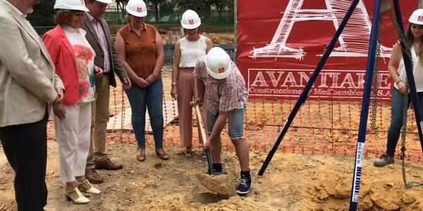 El Ayuntamiento inicia la construcción de un nuevo pabellón multiusos en el CEIP Arrayanes de Alcosa en el marco de una inversión total en el colegio de 900.000 euros