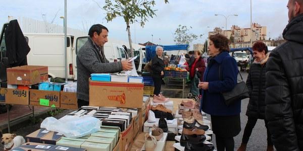 El Ayuntamiento inicia la entrega de tarjetas que acreditan la licencia comercial a los vendedores y la asignación de puestos en el proceso de normalización de los mercadillos