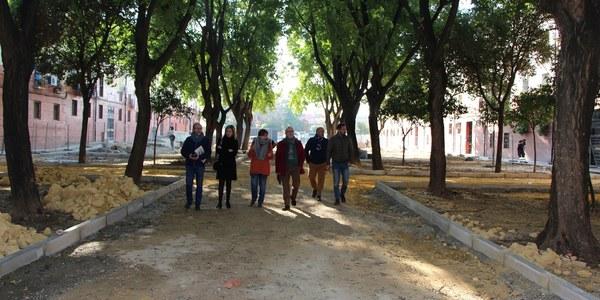 El Ayuntamiento inicia las obras de reurbanización integral en la calle Enrique Granados, en Cerro-Amate, con renovación del pavimento, más áreas ajardinadas, zona infantil, acceso a vehículos de emergencias  y sin barreras arquitectónicas