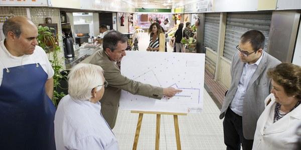 El Ayuntamiento inicia los trabajos previos para ejecutar las obras de micropeatonalización del entorno del mercado de abastos de Los Remedios demandada  por comerciantes y vecinos