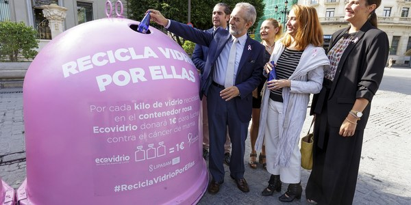 El Ayuntamiento, Lipasam y Ecovidrio ponen en marcha con motivo del Día Mundial contra el Cáncer de Mama la campaña 'Recicla por ellas' para luchar contra esta enfermedad y promover hábitos sostenibles