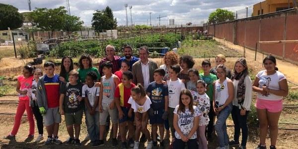 El  Ayuntamiento llega ya a 25 centros educativos con el programa municipal de huertos escolares  y plantará 900 nuevos árboles  en colegios en este mandato
