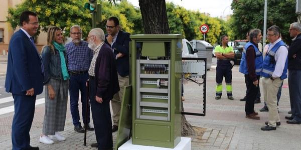 El Ayuntamiento prueba en Cerro-Amate, una nueva tecnología para semáforos que reduce el consumo eléctrico, regula su intensidad lumínica y permite que sigan operativos aunque se corte la luz