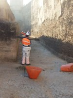 El Ayuntamiento realiza una actuación especial de limpieza en el adarve de la Muralla de la Macarena con la retirada de 1.240 kilos de residuos