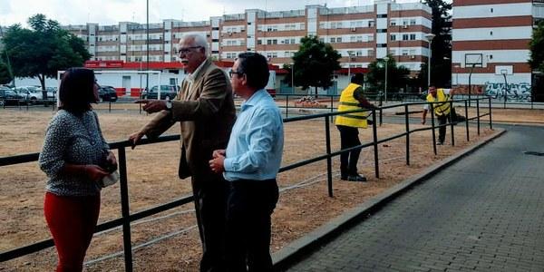 El Ayuntamiento realiza una amplia intervención en una zona deportiva y de ocio del barrio de La Oliva del distrito Sur e incorpora nuevos espacios y aparatos biosaludables para personas mayores
