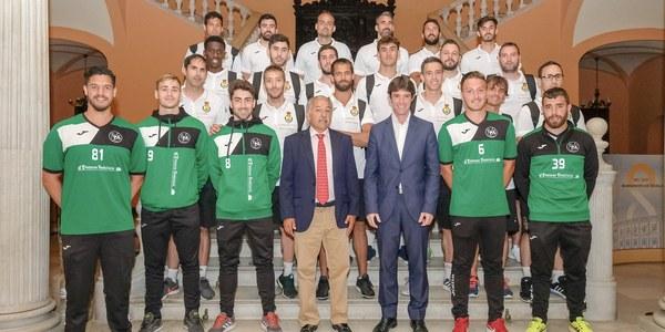 El Ayuntamiento recibe a la Selección Española de balonmano playa y al equipo sevillano Pinturas Andalucía, campeón de Europa
