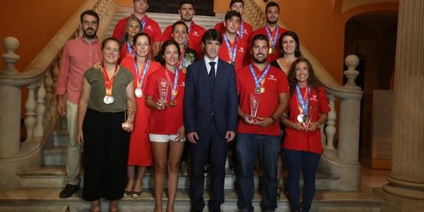 El Ayuntamiento recibe  a la selección sevillana  que se proclamó campeona  del Mundo de Dragon Boat