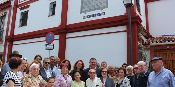 El Ayuntamiento recupera el azulejo dedicado a Amante Laffón a petición de los vecinos y vecinas del Retiro Obrero, en el Distrito Macarena