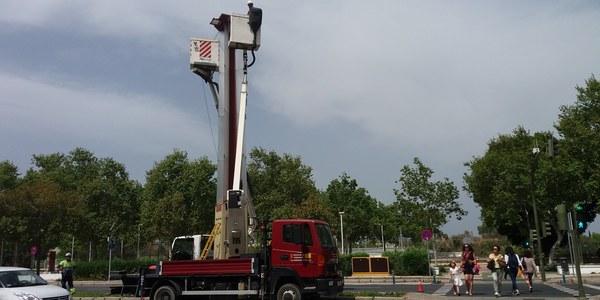 El Ayuntamiento renueva el alumbrado de la mediana de las avenidas Torneo y Concejal Alberto Jiménez-Becerril con mayor ahorro energético y rendimiento lumínico  y que mejora la seguridad vial