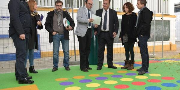 El Ayuntamiento renueva el patio de Educación Infantil del colegio Huerta de Santa Marina del Distrito Casco Antiguo con un presupuesto de 18.000 euros