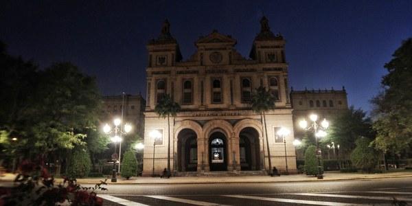 El Ayuntamiento renueva las farolas de la Plaza del Ejército Español por faroles fernandinos y homogeniza el entorno de Plaza de España
