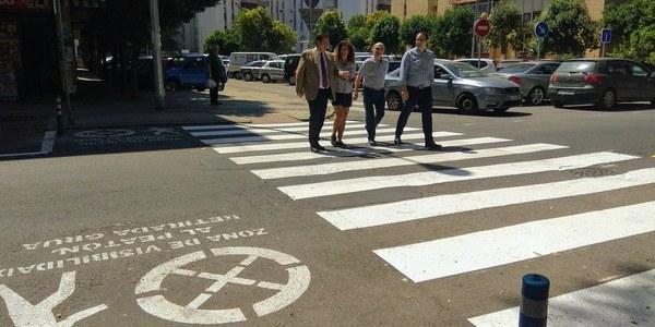 El Ayuntamiento renueva las señales horizontales en 68 calles de Triana, coloca zonas de seguridad en pasos de peatones y mejora la visibilidad nocturna con elementos reflectantes  en López de Gomara y Ronda de Triana