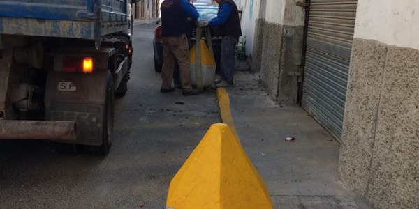 El Ayuntamiento retira varios macetones, bidones rellenos de hormigón y veladores irregulares en el centro y en Palmete tras nuevas inspecciones llevadas a cabo para controlar la ocupación ilegal del espacio público
