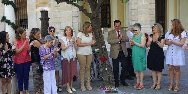 El Ayuntamiento rinde homenaje a las víctimas de la violencia de género con la colocación de una placa en la Plaza Nueva