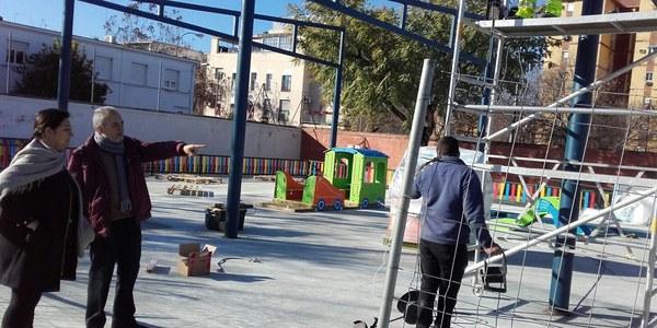El Ayuntamiento ultima las obras para instalar un área de juegos infantiles y una zona de sombra en el CEIP Victoria Díez, de Tres Barrios-Amate