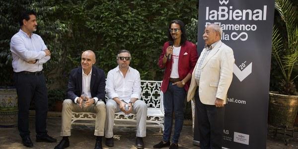 El Palacio de las Dueñas acoge el encuentro entre el pregonero de la Bienal, el escritor y poeta Felipe Benítez Reyes, y el bailaor Farruquito, que actuará el 8 de septiembre en el Teatro de la Maestranza