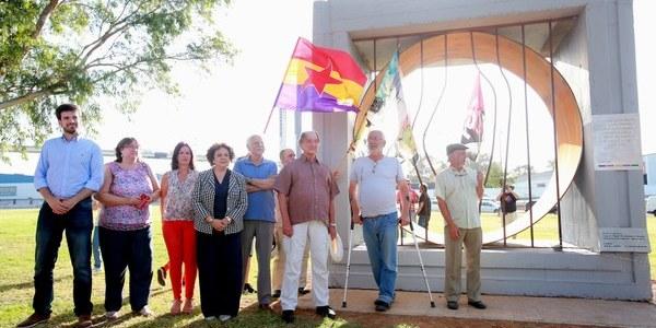 El Parque Guadaíra acoge un monolito en homenaje a los presos republicanos de 'El Colector' que fueron forzados a participar en diferentes obras públicas de la ciudad