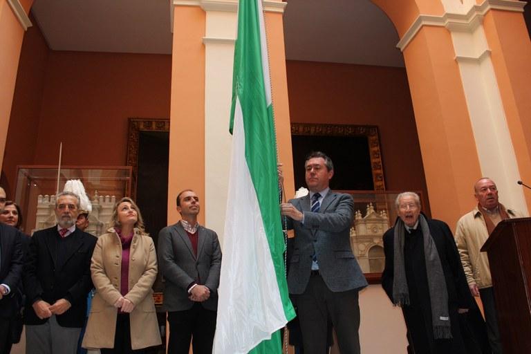 Foto alcalde acto izado bandera.jpg