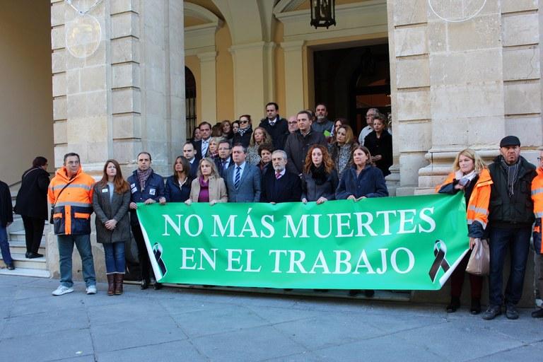 Foto alcalde concentración fallecimiento trabajador Lipasam.jpg