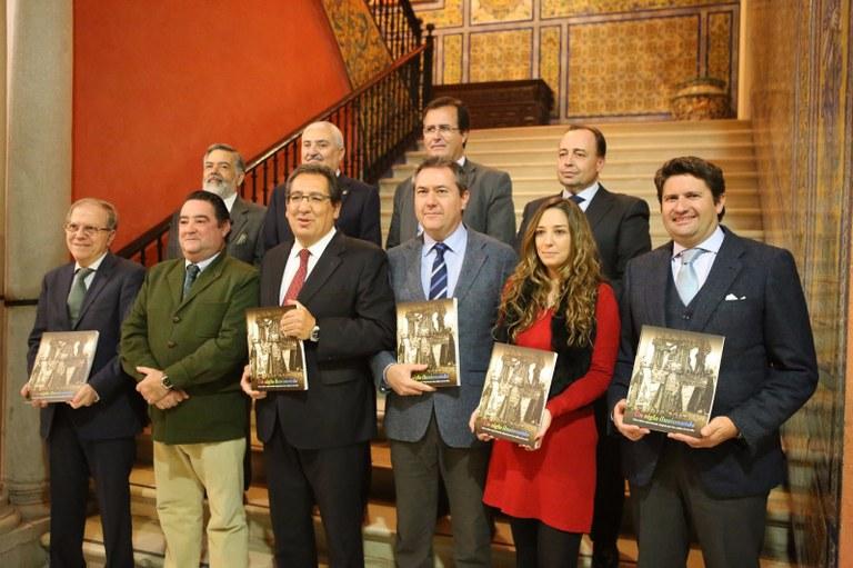 Foto alcalde libro Centenario Cabalgata .jpg