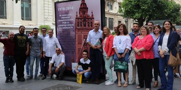 La Avenida de la Constitución acoge esta tarde la inauguración de la exposición '40º Aniversario de la primera manifestación por la Libertad Sexual en Andalucía' incluida entre las actividades del Mes de la Diversidad Sexual