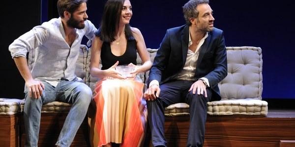 La comedia 'Dos más dos' llega al Lope de Vega con Daniel Guzmán, Miren Ibarguren, Kira Miró y Álex Barahona