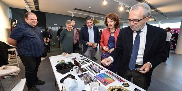La II Feria de Empleo de Polígono Sur, que se celebra en la Factoría Cultural, se centra en las oportunidades laborales en hostelería, comercio, logística y servicios
