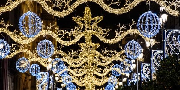 La iluminación navideña llega a las calles de todos los distritos