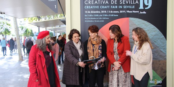 La Plaza Nueva acoge hasta el próximo 5 de enero la celebración de la decimonovena edición de la Feria de Artesanía Creativa que cuenta con la colaboración del Ayuntamiento de Sevilla