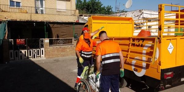 La Policía Local de Sevilla desmantela tres puntos de acopio irregular de chatarra y retira 1.500 kilos de material durante un operativo especial desarrollado en la barriada en Aeropuerto Viejo