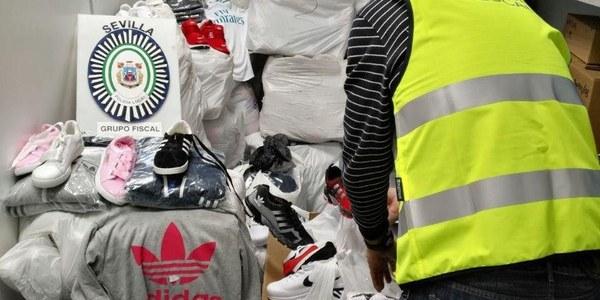 La Policía Local interviene más de  2.000 prendas falsificadas valoradas en 100.000 euros en el  mercadillo de Alcosa