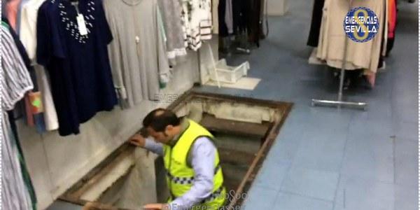 La Policía precinta un bazar por segunda vez en menos de 24 horas y desaloja un establecimiento por consumo de alcohol en la calle e impedir el descanso a los vecinos