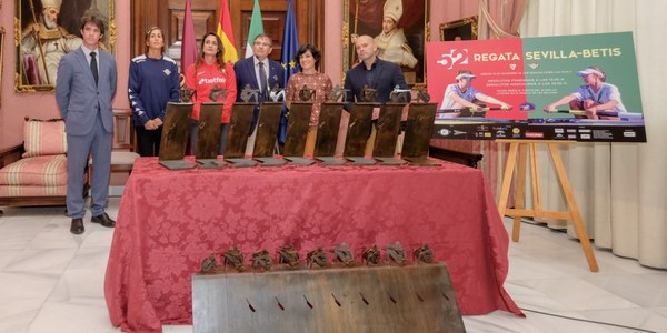 La regata femenina Sevilla-Betis presenta su nuevo trofeo, obra de la escultora y regatista Veredas López