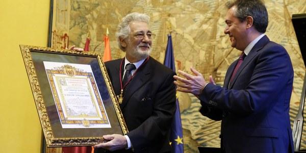 Plácido Domingo recoge la Medalla de Hijo Adoptivo de Sevilla en el marco de la clausura de la conmemoración del 25º aniversario de la Expo'92