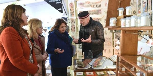 El Ayuntamiento de Sevilla respalda la XIX edición de la Feria de Artesanía Creativa en Plaza Nueva para impulsar la comercialización en días claves para los ingresos de los artesanos y divulgar sus procesos productivos