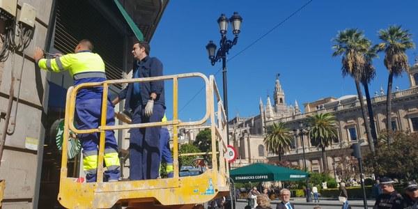 Retirada de los elementos publicitarios irregulares en Avenida de la Constitución y San Fernando