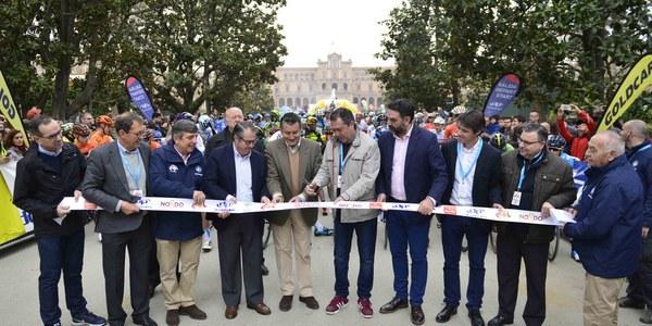 Sevilla ha protagonizado la cuarta etapa de la Vuelta Ciclista a Andalucía en la que Turismo ha entregado el 'maillot de la simpatía'