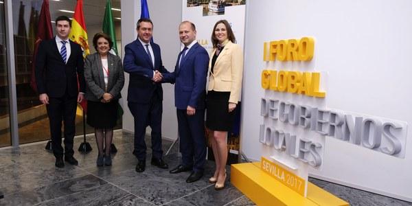 Sevilla llega a acuerdos de colaboración con una treintena de municipios de todo el mundo en el Foro Global