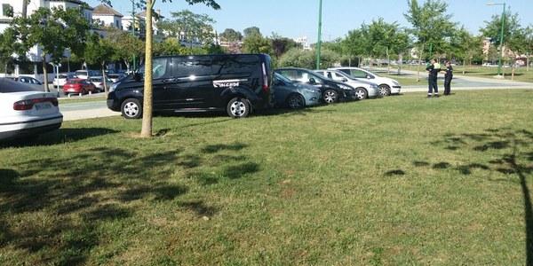 Un dispositivo municipal actúa  contra el aparcamiento irregular dentro del Parque Guadaíra durante  el derbi y atiende así las demandas  de vecinos y usuarios