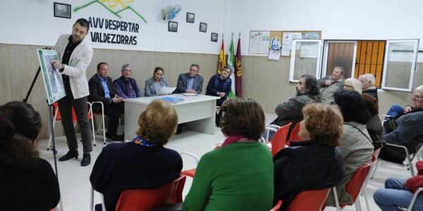 Vecinos de Valdezorras  conocen los detalles de la vía ciclopeatonal que conectará  la barriada con Sevilla Este