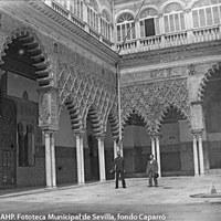 Dos hombres posando en el centro del patio de las Doncellas del Alcázar. 1895 ©ICAS-SAHP. Fototeca Municipal de Sevilla, fondo Caparró