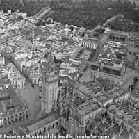 Vista parcial de la Catedral y la Giralda. Real Alcázar y barrio de Santa Cruz. 1929 ©ICAS-SAHP. Fototeca Municipal de Sevilla, fondo Serrano