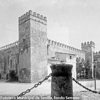 Plaza del Triunfo. En las murallas del Alcázar está adosada la vivienda del guarda, que fue demolida por orden real en 1910. ©ICAS-SAHP. Fototeca Municipal de Sevilla, fondo Serrano