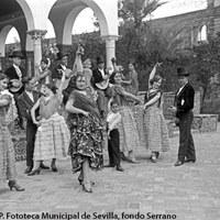 Cuadro de baile del maestro Realito. Actuación en el Real Alcázar. Entre los artistas, el niño Antonio Ruiz Soler. 1929 ©ICAS-SAHP. Fototeca Municipal de Sevilla, fondo Serrano